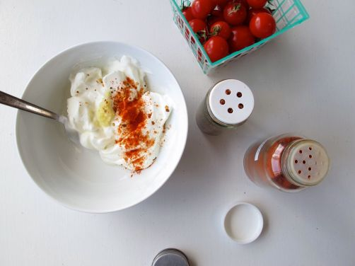 Making Garlicky Yogurt with substitutes for Turkish kırmızı biber spice